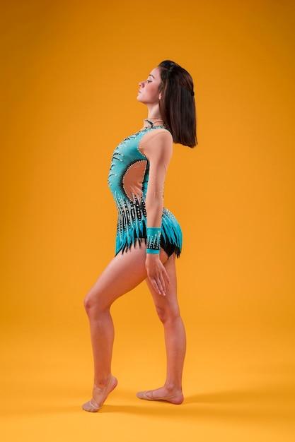 Gymnaste rythmique posant Photo gratuit