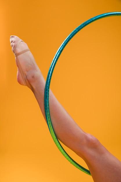 Gymnaste rythmique utilisant le cerceau Photo gratuit