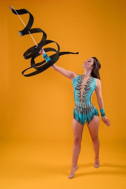 Gymnaste rythmique utilisant le ruban Photo gratuit
