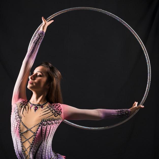 Gymnaste utilisant le cerceau Photo gratuit