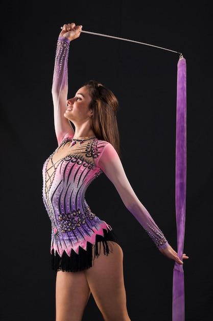 Gymnaste utilisant le ruban Photo gratuit