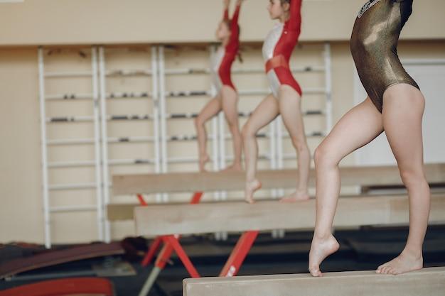 Gymnastique Rythmique. Gymnastes De Filles, Effectue Divers Exercices De Gymnastique Et De Saut. L'enfant Et Le Sport, Un Mode De Vie Sain. Photo gratuit