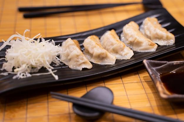 Gyoza frit avec du chou en tranches à la japonaise Photo Premium