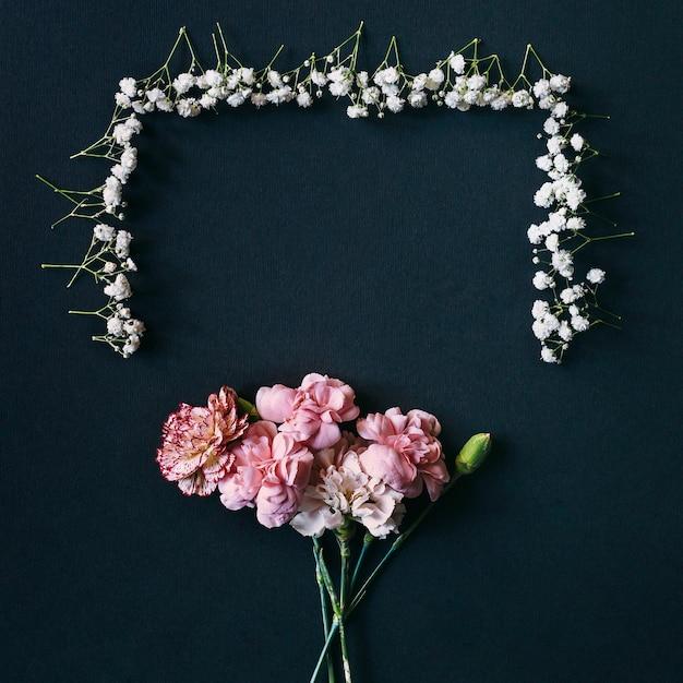 Gypsophile et fleurs d'oeillets avec bourgeon arrangé sur fond noir Photo gratuit