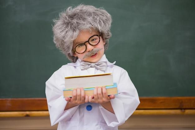 Habillé élève tenant des livres Photo Premium