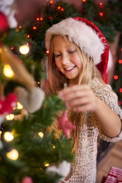 Habiller Un Sapin De Noël Est Généralement Mon Devoir Photo gratuit