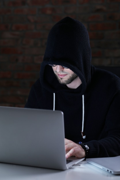 Hacker Man On Laptop Photo gratuit