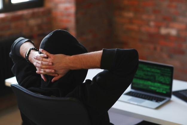 Hacker Man On Laptop Photo gratuit