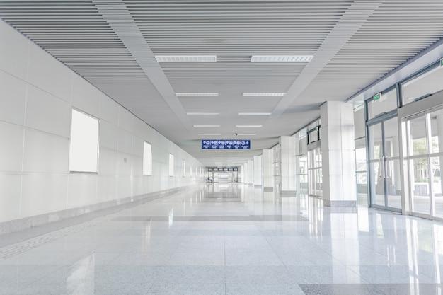 Hall d'entrée avec sol réfléchissant Photo gratuit