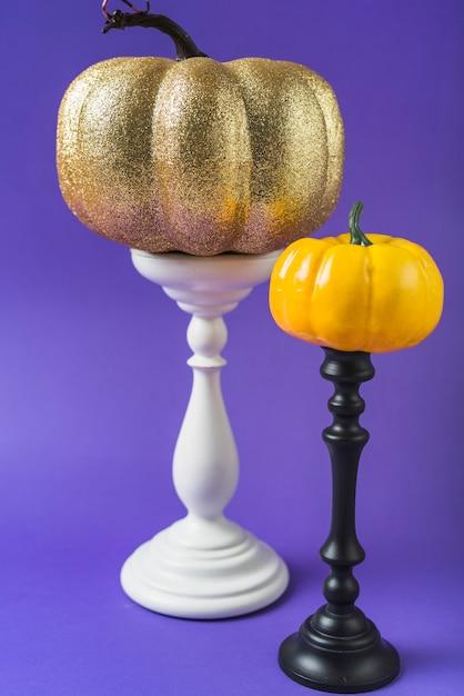 Halloween citrouilles colorées sur les montures Photo gratuit