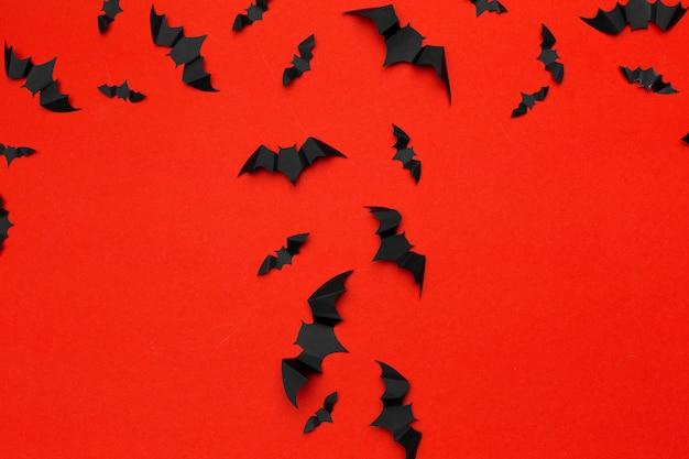 Halloween et concept de décoration - des chauves-souris en papier volant. contexte Photo Premium