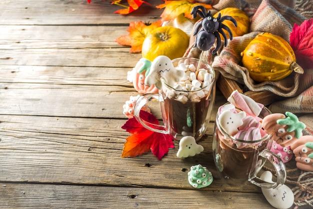 Halloween drôle chocolat chaud avec des guimauves Photo Premium