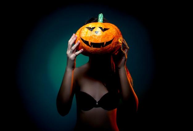 Halloween, Femme En Sous-vêtements Avec Citrouille Photo Premium