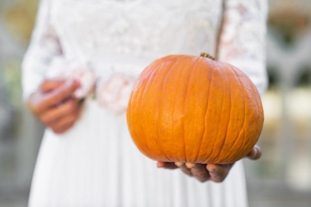 Halloween mariée tenant la citrouille dans ses mains Photo Premium