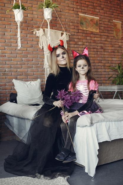 Halloween. Mère Et Fille En Costume D'halloween. Famille à La Maison. Photo gratuit