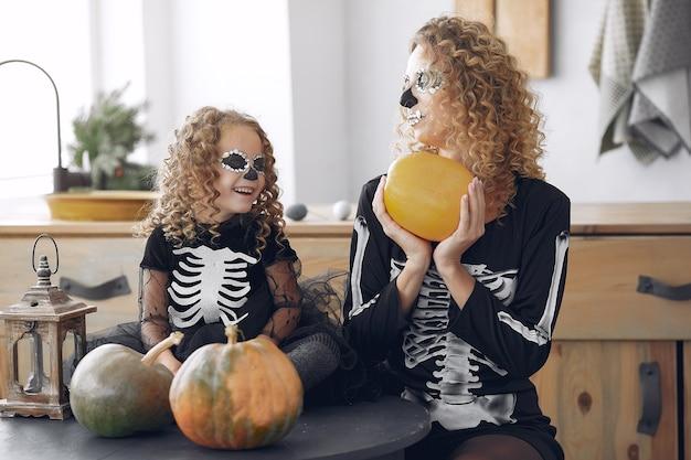 Halloween. Mère Et Fille En Costume D'halloween De Style Mexicain. Famille à La Maison Avec Des Citrouilles. Photo gratuit