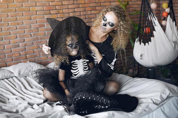 Halloween. Mère Et Fille En Costume D'halloween De Style Mexicain. Famille à La Maison. Photo gratuit