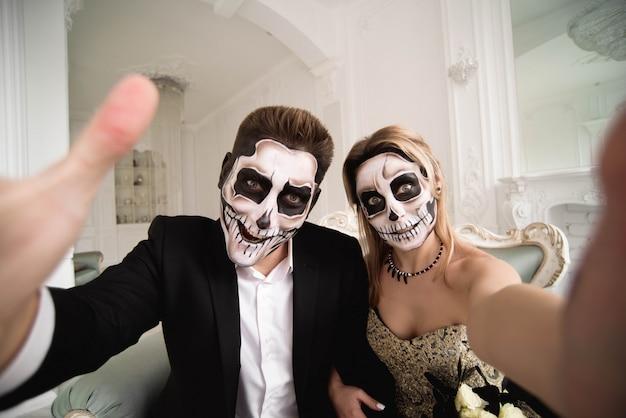Halloween zombie party et l'horreur. couple d'halloween avec du maquillage Photo Premium