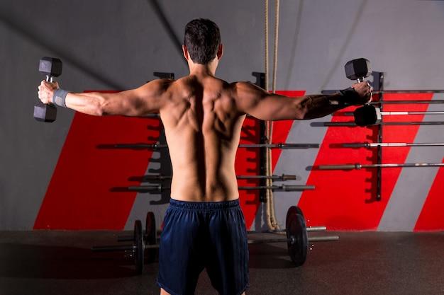 Haltères hexagonale homme séance d'entraînement vue arrière au gymnase Photo Premium