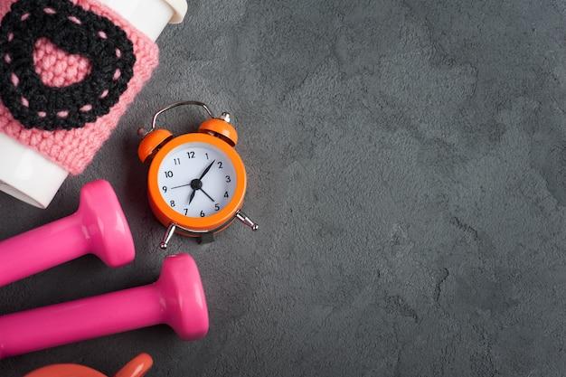 Haltères, Mug à Eau Et Réveil Photo Premium