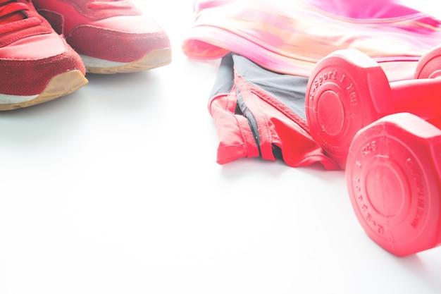 4ed4c8656c3f5 Les haltères rouges et l'habillement sportif en fond de forme ...