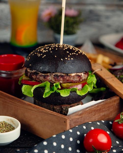 Hamburger au pain de sésame noir Photo gratuit
