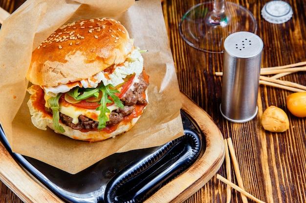 Hamburger délicieux sur la table en bois Photo Premium