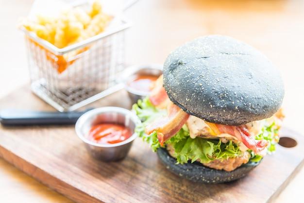 Hamburger Avec Du Pain Noir Photo gratuit