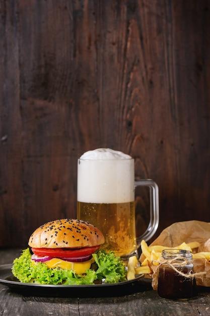Hamburger fait maison avec bière et pommes de terre Photo Premium