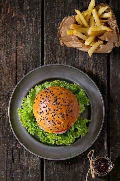 Hamburger fait maison avec des frites Photo Premium