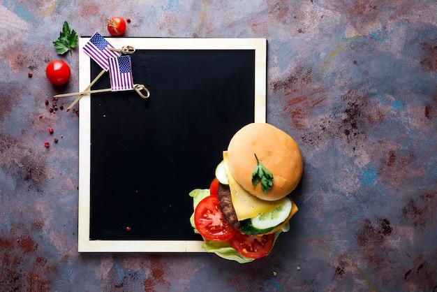 Hamburger frais et juteux Photo Premium