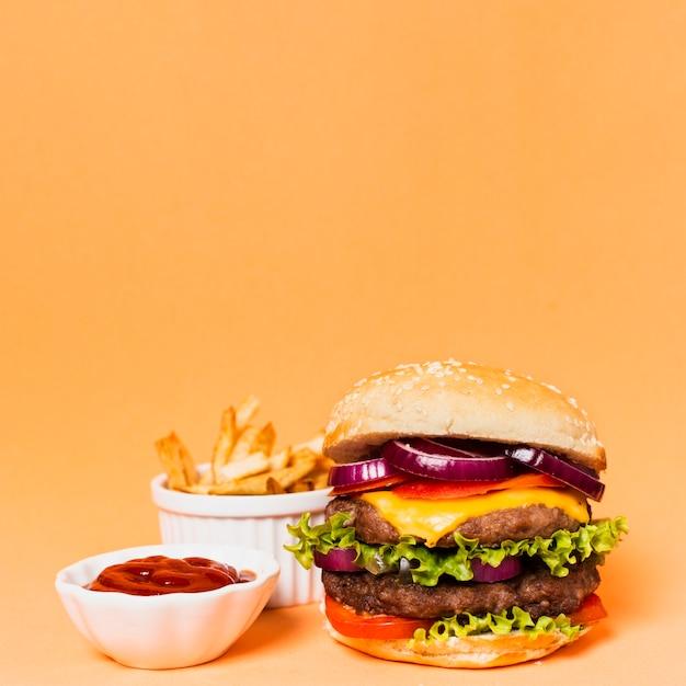 Hamburger avec frites et ketchup Photo gratuit
