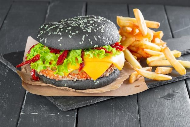 Hamburger Avec Frites Sur Une Plaque En Ardoise Photo Premium