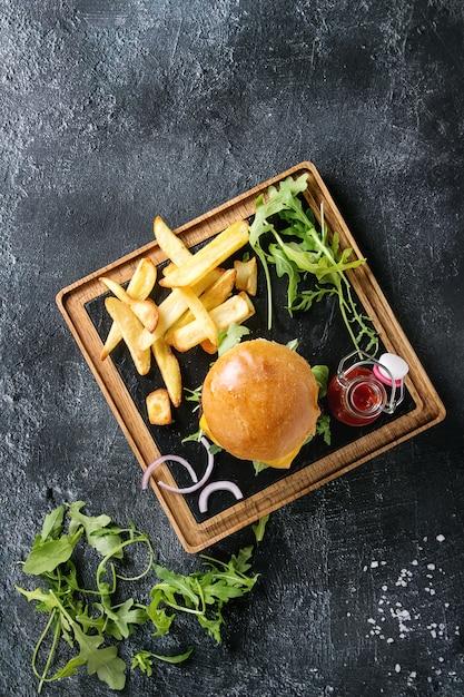 Hamburger avec des frites Photo Premium
