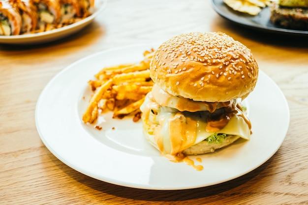 Hamburger et frites Photo gratuit