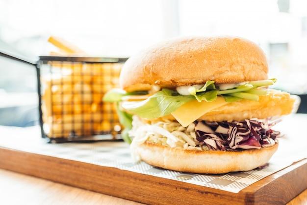 Hamburger de poisson avec des frites Photo gratuit