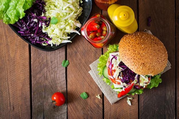 Hamburger Sandwich Avec Des Hamburgers Juteux, Du Fromage Et Un Mélange De Chou. Vue De Dessus Photo Premium