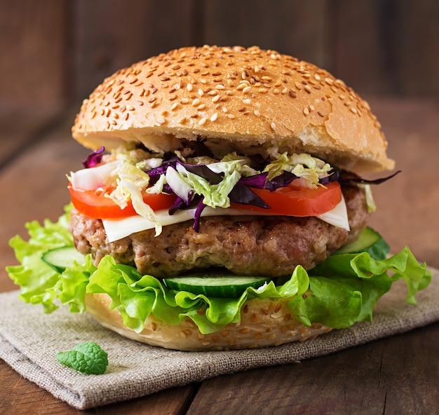Hamburger Sandwich Avec Des Hamburgers Juteux, Du Fromage Et Un Mélange De Chou Photo Premium