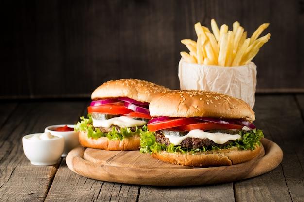 Hamburger avec tomates, bœuf et sauce. Photo Premium