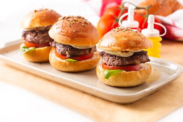 Des hamburgers de bœuf faits maison servent sur une assiette carrée Photo Premium