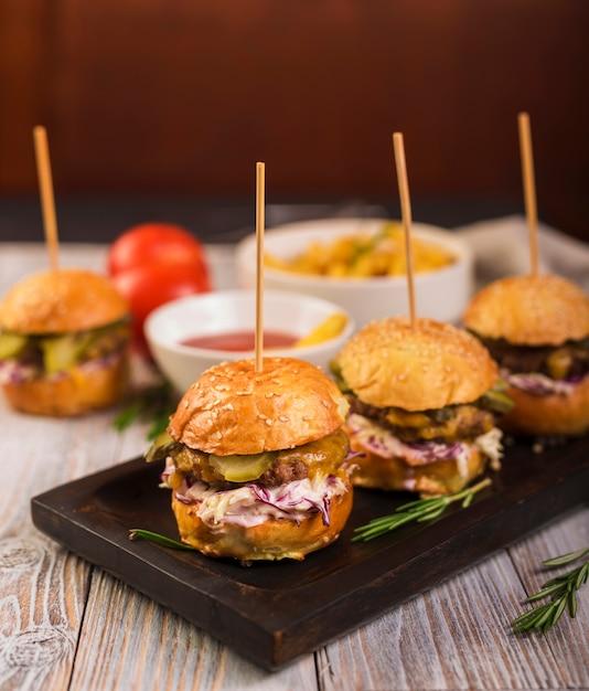 Hamburgers classiques prêts à être servis avec un gros plan Photo gratuit