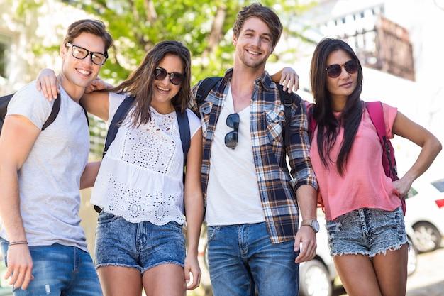 Hanches amis souriants et posant pour la caméra dans les rues Photo Premium
