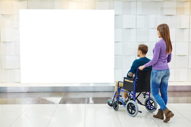 Handicapés Contemplant Dans Un Centre Commercial Photo gratuit