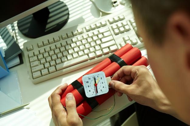 Hands close-up de l'homme préparant une bombe Photo gratuit