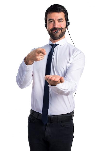 Handsome Telemarketer Homme Tenant Quelque Chose Photo gratuit