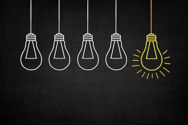 Hanging ampoule jaune avec d'autres ampoules blanches Photo gratuit