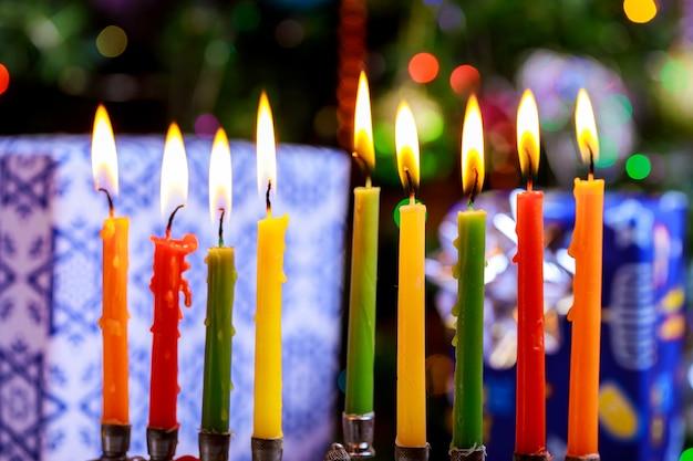 Hanoukka en fête juive avec candélabre traditionnel et bougies allumées Photo Premium