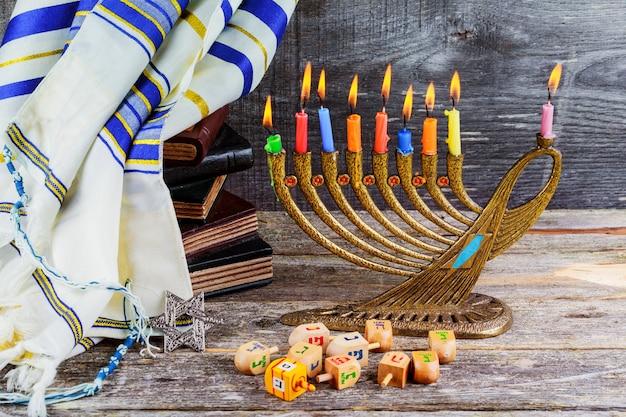 Hanoukka en fête juive avec candélabre traditionnel en menorah Photo Premium