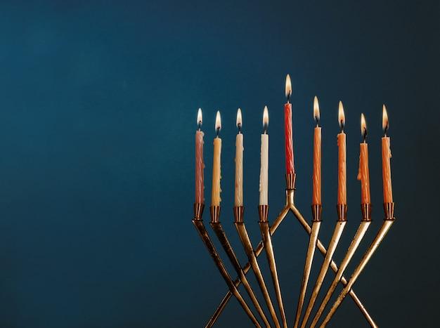 Hanoukka menorah avec des bougies pour la célébration de la 'hanoucca sur fond noir Photo Premium