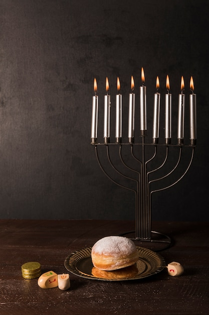 Hanukkah symboles sur la table Photo gratuit